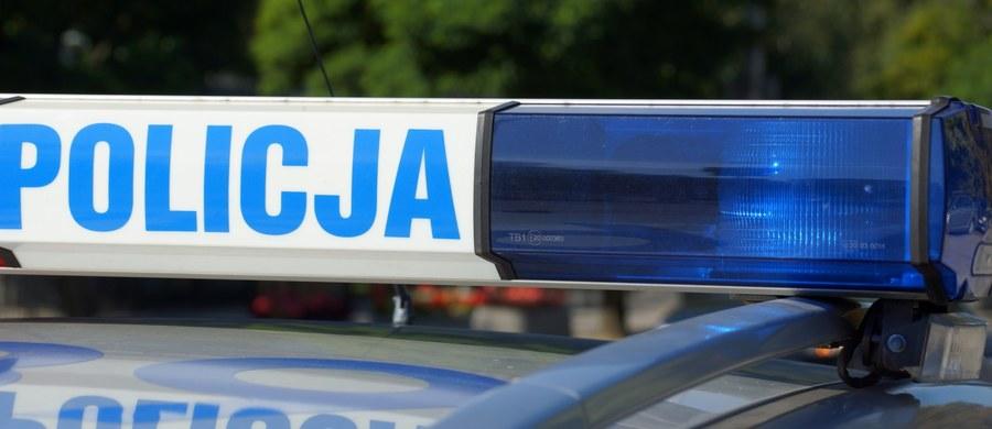 Ciała dwóch osób - kobiety i mężczyzny - znaleźli policjanci w jednym z mieszkań przy ulicy Pełczyńskiego na warszawskim Bemowie. Na miejscu trwa zabezpieczanie śladów pod nadzorem prokuratury.