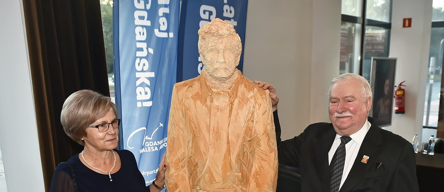Około 500 osób, w tym przewodniczący Rady Europejskiej Donald Tusk i wielu innych polityków, ambasadorów i ludzi kultury, gościło w na bankiecie i koncercie zorganizowanym w gdańskiej Operze Bałtyckiej z okazji 75. urodzin Lecha Wałęsy. Obok urodzin byłego prezydenta kolacja i koncert były też okazją do uczczenia 35. rocznicy przyznania Wałęsie Pokojowej Nagrody Nobla. Obchody zorganizowała Fundacja Instytut Lecha Wałęsy.