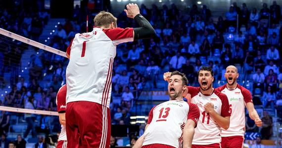 Mamy medal siatkarskich mistrzostw świata! Po niezwykle emocjonującym spotkaniu Polacy wygrali z Amerykanami w półfinale 3:2 (25:22, 25:20, 23:25, 20:25, 15:11). Mecz rozpoczął się fenomenalnie dla Polaków, później dwa sety wygrali Amerykanie, ale biało-czerwonym udało się doprowadzić do tie-breaka i wygrać całe spotkanie. W polskim zespole fantastycznie zagrał Bartosz Kurek.