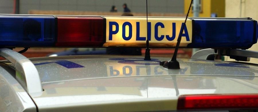 Policja i prokuratura badają okoliczności śmierci 28-latka, który w nocy z soboty na niedzielę został ugodzony nożem w Mieleszynie (Wielkopolskie). W tej sprawie zatrzymano dwie osoby.