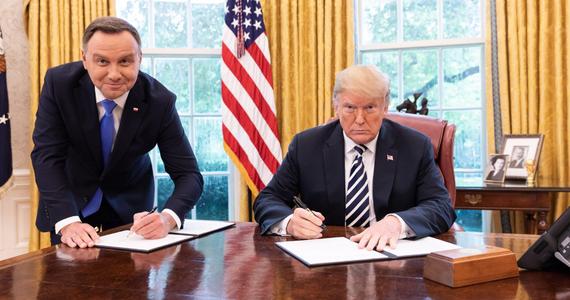 """Prezydent Andrzej Duda w wywiadzie dla tygodnika """"Sieci"""" opowiedział o kulisach swojego niedawnego spotkania z przywódcą USA Donaldem Trumpem. Odniósł się też do zdjęcia, na którym podczas podpisywania w Białym Domu deklaracji stoi, a prezydent Trump siedzi przy biurku. Ta fotografia wywołała falę krytycznych komentarzy."""