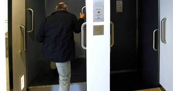 Pracownicy budynku komunalnego w Alby w Szwecji wezwali wcześnie rano mechaników do nieczynnej windy. Ci znaleźli w niej nieprzytomnego mężczyznę.