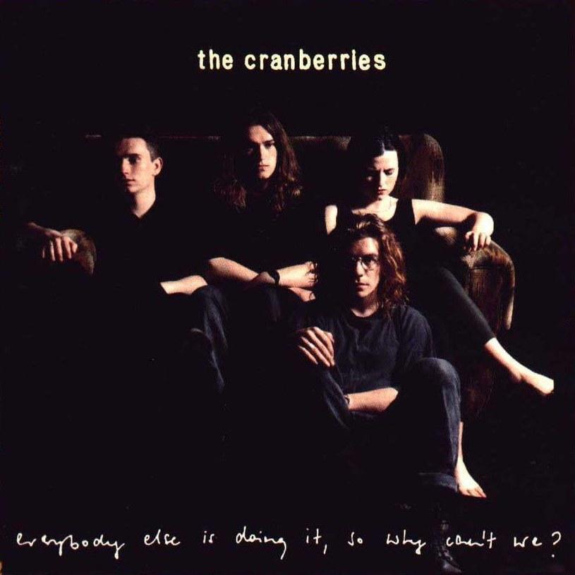 """Poniżej możecie posłuchać utworu """"Íosa"""", który zapowiada specjalną edycję debiutanckiej płyty The Cranberries """"Everybody Else Is Doing It So Why Can't We"""" (premiera 19 października)."""