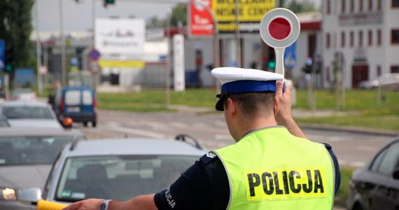 Policjanci zatrzymali pijanego kierowcę, który przywiózł do szkoły w Oświęcimiu 20 niepełnosprawnych dzieci. Miał w organizmie 0,58 promila alkoholu. Mężczyzna może na dwa lata trafić do więzienia - podała policja.