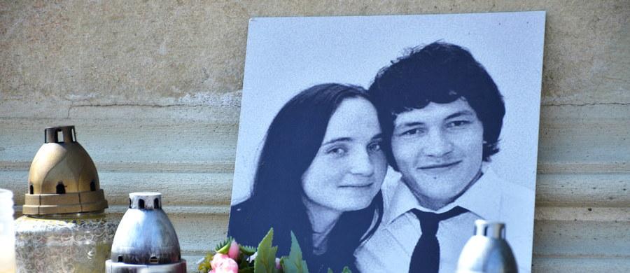 Sprawcy dokonanego pod koniec lutego zabójstwa słowackiego dziennikarza śledczego Jan Kuciaka otrzymali od zleceniodawczyni tej zbrodni kwotę co najmniej 70 tys. euro - poinformowano na konferencji prasowej w Bratysławie. Jeden z nadzorujących dochodzenie prokuratorów, którego tożsamość utajniono, powiedział dziennikarzom, że w gotówce zapłacono 50 tys. euro, a 20 tys. stanowiło umorzenie zaciągniętego wcześniej długu.