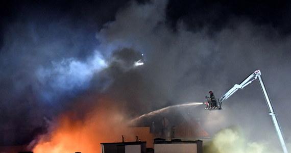 Dopiero po 1:00 w nocy udało się dogasić pożar poddasza kamienicy w centrum Szczecina. Spłonęło ono doszczętnie. Z objętego ogniem budynku oraz sąsiednich kamienic ewakuowano kilkadziesiąt osób.