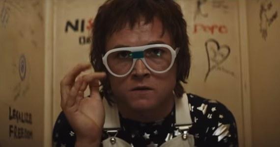 """Taron Egerton zagra sir Eltona Johna w """"epickim musicalu fantasy"""" - jak mówią o filmie """"Rocketman"""" jego twórcy. Film ma trafić do kin latem przyszłego roku, a tytuł nawiązuje do jednego z najbardziej znanych przebojów Eltona Johna."""