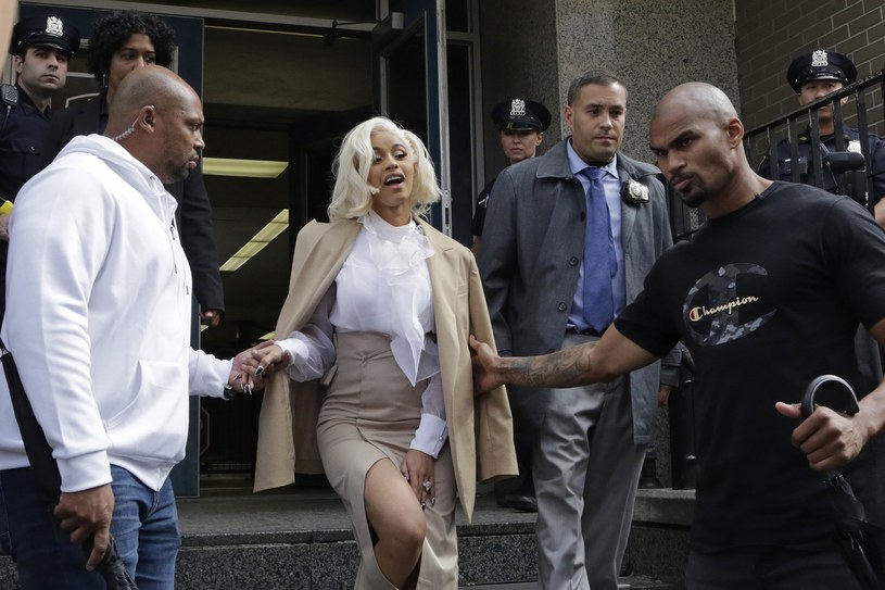 Cardi B zgłosiła się na jeden z komisariatów nowojorskiej policji w związku z oskarżeniami o udział w bójce w jednym z klubów ze striptizem. Gwiazda usłyszała zarzuty.