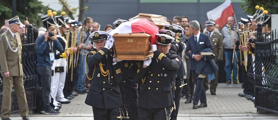 Na cmentarzu w Gdyni, z pełnym ceremoniałem wojskowym, pochowany został we wtorek Dowódca Obrony Wybrzeża z 1939 roku Józef Unrug wraz z żoną Zofią.  Przed dwoma laty Biuro Bezpieczeństwa Narodowego podjęło starania o sprowadzenie do Polski prochów małżonków.