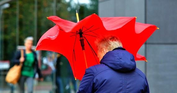 IMGW wydał ostrzeżenia pierwszego stopnia przed silnym wiatrem dla 12 województw. W pasie wybrzeża utrzymują się ostrzeżenia drugiego stopnia. Najmniej zagrożona jest wschodnia część Polski.