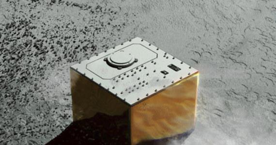 Planetoida Ryugu ma kolejnego lokatora. Dziś nad ranem polskiego czasu na powierzchni kosmicznej skały, odległej od Ziemi o około 300 milionów kilometrów, wylądował francusko-niemiecki próbnik MASCOT, zrzucony przez japońską sondę Hayabusa2. Sonda upuściła próbnik o 3:58 polskiego czasu z wysokości około 51 metrów. Po 20 minutach MASCOT osiadł na powierzchni. Dołączył w ten sposób do dwóch minirobotów systemu MINERVA-II, które wylądowały na Ryugu 10 dni wcześniej.
