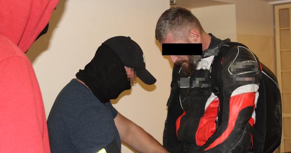 """Jest podejrzewany o kierowanie gangiem i postrzelenie mężczyzny – to Artur A., który od jakiegoś czasu ukrywał się przed wymiarem sprawiedliwości. """"Snajper"""" został właśnie zatrzymany przez stołecznych policjantów z wydziału do walki z przestępczością narkotykową. Mężczyzna próbował uciec przed mundurowymi motocyklem, ale ostatecznie trafił w ręce policji w Solcu."""