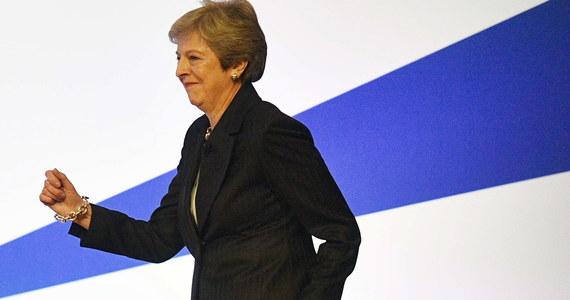 """Brytyjska premier Theresa May podczas konwencji Partii Konserwatywnej w Birmingham swoje przemówienie zaczęła od… tańca. Na mównicę weszła tanecznym krokiem w rytm przeboju zespołu Abba """"Dancing Queen""""."""