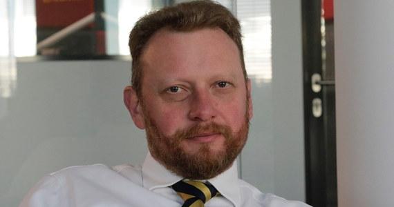 """""""Moim zdaniem i zdaniem rządu to jest zła inicjatywa. Sczepienia obowiązkowe są w Polsce od wielu lat, dzięki temu nie mamy takich chorób, które kiedyś były"""" - powiedział w Porannej rozmowie w RMF FM minister zdrowia Łukasz Szumowski.   """"W związku z migracjami pojawia się coraz więcej przypadków chorób zakaźnych, których nie mieliśmy. Korelacja między autyzmem, a szczepionkami już wielokrotnie była badana. Tej korelacji nie ma. Dane medyczne tego nie pokazują. Był jeden doktor, który zanalizował 12 przypadków i to jeszcze z opowieści rodziców. Ta praca została opublikowana przez kolejnych badaczy, odsądzona od czci i wiary, a do dzisiaj wszyscy się posługują tym przypadkiem. Od szczepienia dziecko nie dostanie autyzmu"""" – podkreśla minister zdrowia."""