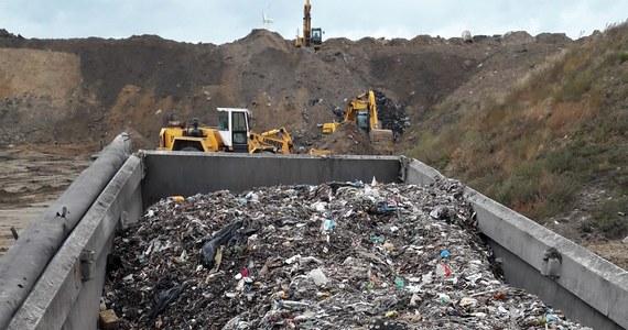 Policja zatrzymała we wtorek pięć samochodów przewożących ponad 100 ton odpadów. Miały one być zrzucone do wyrobiska żwirowni w Lewkówce w gminie Moszczenica - poinformowała Ilona Sidorko z Komendy Miejskiej Policji w Piotrkowie Trybunalskim.