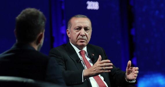 """""""Turcja nie wycofa się ze stref, które kontroluje w Syrii, do czasu aż odbędą się tam wybory"""" - oświadczył w czwartek prezydent Turcji Recep Tayyip Erdogan. Zasugerował również, że Turcja rozważy referendum w sprawie kontynuowania procesu akcesji do UE."""