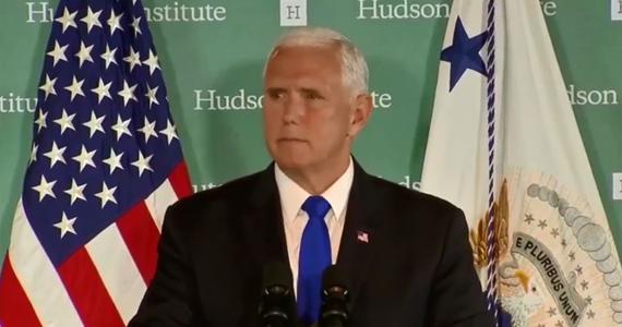 """Wiceprezydent USA Mike Pence oświadczył w czwartek, że """"Stany Zjednoczone nie dadzą się zastraszyć ani nie ulegną Chinom"""". Pence, występując w ośrodku Hudson Institute, skrytykował Chiny za ich """"drapieżne"""" poczynania w świecie oraz za łamanie swobód obywatelskich."""