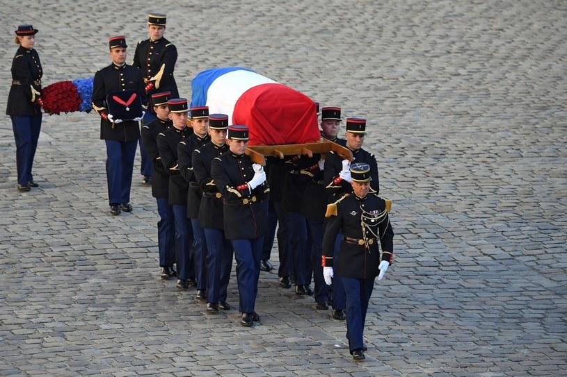 Narodowy hołd dla piosenkarza Charlesa Aznavoura odbył się w piątek (5 października) w Hotel des Invalides, w samym sercu Paryża, w obecności prezydenta Francji Emmanuela Macrona i jego małżonki. Kto jeszcze wziął udział w uroczystości pogrzebowej artysty?