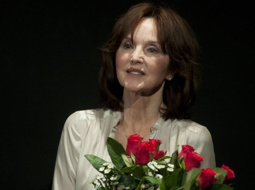 """Delikatna, eteryczna i nieśmiała. Dzisiaj takich aktorek już nie ma. Kiedy myślimy Elżbieta Starostecka, od razu przypominamy sobie jej role w filmach """"Trędowata"""", """"Noce i dnie"""" i """"Czarne chmury"""". W sobotę, 6 października, aktorka obchodzi. 75 urodziny."""