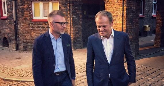 Przewodniczący Rady Europejskiej Donald Tusk spacerował w piątkowy wieczór po katowickim Nikiszowcu - zabytkowym osiedlu robotniczym z początku XX wieku. Jego przewodnikiem był kandydat Koalicji Obywatelskiej na prezydenta Katowic Jarosław Makowski.