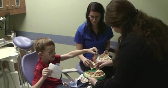 Sześcioletni chłopiec z Teksasu dopiero teraz zaczyna normalnie mówić. Wszystko dzięki jego dentystce, które zauważyła, że chłopiec ma zbyt krótkie wędzidełko. Prosty zabieg sprawił, że 6-latek, który wcześniej nie mógł się porozumieć z rodzicami, teraz nie ma z tym najmniejszych problemów.