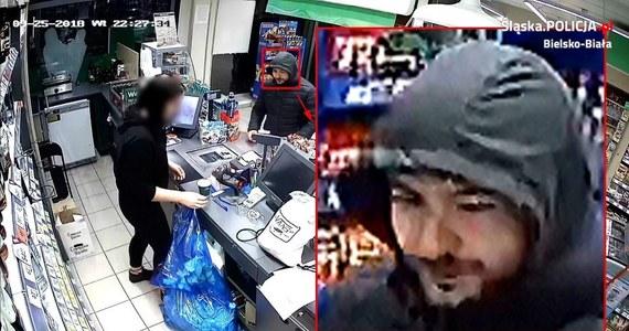 Poszukiwany jest złodziej z Bielska-Białej. Okradając sklep, napastnik użył noża. Szef policji z Bielska-Białej obiecuje nagrodę za wskazanie sprawcy.
