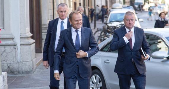 """Przewodniczący Rady Europejskiej, były premier Donald Tusk zaapelował na Rynku Głównym w Krakowie o """"elementarne pojednanie między Polakami"""", które - jak mówił - jest absolutnie nakazem chwili. Dodał także, że Polska nie musi """"wstawać z kolan"""", bo nigdy na nich nie była."""