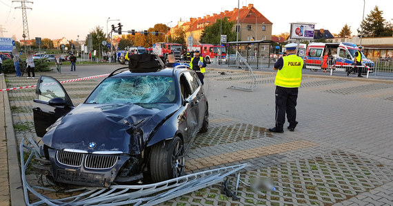 Samochód wjechał na chodnik przy przystanku autobusowym na ulicy Borowskiej we Wrocławiu. Rannych zostało kilka osób.