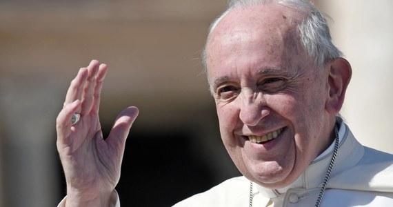 """Papież Franciszek przestrzegł przed populizmem, który - jak tłumaczył podczas spotkania z młodzieżą - nie ma nic wspólnego z ludem, do którego się odwołuje. Wzorem w populizmie jest """"zamknięcie"""", a przy takiej postawie donikąd się nie dojdzie - zauważył."""