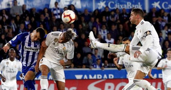 """Piłkarze Realu Madrytu przegrali na wyjeździe z Alaves 0:1, tracąc gola w ostatnich sekundach. Rewelacyjni gospodarze zrównali się punktami z """"Królewskimi"""" i prowadzącą w tabeli Barceloną, która w niedzielę w szlagierze 8. kolejki zagra na wyjeździe z Valencią."""