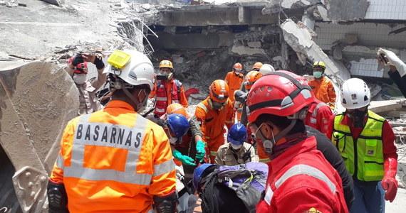 Szacuje się, że około 5000 osób jest zaginionych po trzęsieniu ziemi w Indonezji. Władze właśnie ogłosiły bliski koniec poszukiwań ciał ofiar. W trzęsieniu ziemi oraz tsunami zginęło 1763 osoby.