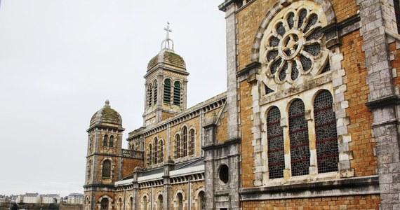Niecodzienna oferta we Francji! Będzie można wynająć… wielki XIX-wieczny kościół w Normandii. Władze nie chcą sprzedać opustoszałej świątyni, bo obawiają się, że zostanie zburzona przez inwestorów.