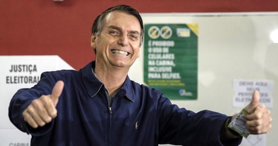 Według ostatecznych wyników niedzielnych wyborów prezydenckich w Brazylii prawicowy polityk Jair Bolsonaro odniósł zdecydowane zwycięstwo uzyskując 46,7 proc. głosów wobec 28,37 proc. jego lewicowego rywala Fernando Haddada. Jest to jednak zbyt mało aby uniknąć drugiej tury wyborów.
