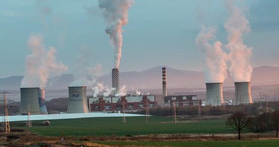 Ograniczenie wzrostu średniej temperatury na Ziemi do 1,5 stopnia Celsjusza wymaga szybkich, szeroko zakrojonych i bezprecedensowych zmian we wszystkich aspektach życia społecznego - pisze w swym najnowszym raporcie Międzyrządowy Panel do spraw Zmian Klimatycznych (IPCC). Dokument przekonuje, że ograniczenie ocieplenia do 1,5 stopnia zamiast wcześniej zakładanych 2 stopni Celsjusza przyniesie czytelne pożytki zarówno ludzkości, jak i środowisku naturalnemu, przyczyni się do bardziej zrównoważonego i sprawiedliwego rozwoju społecznego. Raport opracowany na podstawie ponad 6000 poświęconych zmianom klimatycznym prac naukowych, ma być podstawą dyskusji podczas grudniowego szczytu klimatycznego ONZ w Katowicach.