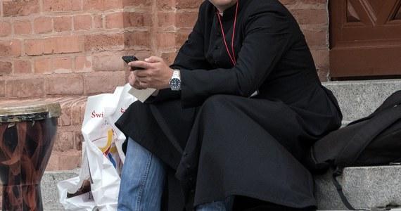 Proboszcz z parafii pw. Podwyższenia Krzyża Św. w Sosnowcu został odsunięty od sprawowania tej funkcji po spowodowaniu kolizji drogowej po pijanemu. Badanie księdza po uderzeniu w inne auto wykazało, że miał ponad dwa promile alkoholu w organizmie, stracił prawo jazdy.