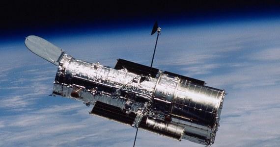 Teleskop Hubble'a ma kłopoty i NASA nie ma pewności, czy uda się je rozwiązać. Agencja potwierdziła na Twitterze pogłoski, że w miniony piątek teleskop zapadł w stan uśpienia po tym, jak zawiódł jeden z utrzymujących go w odpowiednim położeniu, żyroskopów. Na razie najwyraźniej nie udało się przyczyn awarii usunąć. Teleskop ma sześć żyroskopów i awaria jednego lub dwóch nie byłaby wielkim problemem, gdyby nie to, że już od dłuższego czasu działały tylko trzy. To praktycznie minimalna liczba, potrzebna do stabilnych pomiarów i obserwacji. Teraz zostały dwa i NASA ma poważny ból głowy.