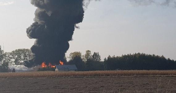 Ponad 150 strażaków walczy z pożarem hali przy ulicy Kochanowskiego w Grabowie w Łódzkiem. Informację i zdjęcia z miejsca zdarzenia dostaliśmy na Gorącą Linię RMF FM.