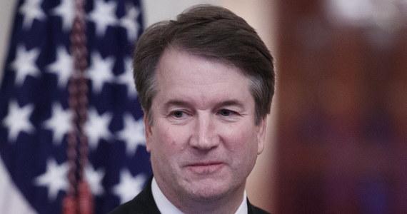 Brett Kavanaugh, drugi po sędzim Neilu Gorsuchu nominowany przez prezydenta USA Donalda Trumpa do Sądu Najwyższego, zadebiutował we wtorek na ławie sędziowskiej tego sądu. Kavanough został publicznie zaprzysiężony na 114. sędziego w historii SN w poniedziałek. Nowy sędzia SN zasiadł po lewej stronie przewodniczącego Sądu Najwyższego Johna Robertsa razem z czterema innymi konserwatywnymi sędziami w dziewięcioosobowym zespole SN.