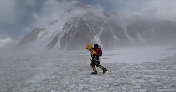 """Dziennik """"American Alpine Journal"""" opublikował raport ws. styczniowej wyprawy Tomasza Mackiewicza i Elisabeth Revol na Nanga Parbat (8126 m). Polak zginął podczas schodzenia, a Francuzka została uratowana przez polskich himalaistów atakujących K2. Dokument zaczyna się od informacji, że 25 stycznia Mackiewicz i Revol dotarli na szczyt niedługo po zachodzie słońca. Nanga Parbat udało się zdobyć zimą dopiero drugi raz w historii. Po raz pierwszy od strony północno-zachodniej. Revol została drugą w historii kobietą, która dokonała tego zimą. Pierwszą była Szwajcarka Marianne Chapuisat, która 10 lutego 1993 roku zdobyła Czo Oju (8201 m)."""