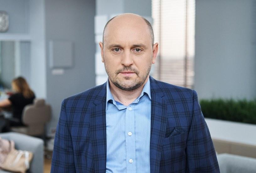 Adam Woronowicz uważa, że seriale są dziś równie ważne jak filmy. Chętnie w nich gra i nałogowo je ogląda.