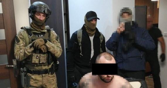 Trzech lekarzy, którzy wystawiali fałszywe zaświadczenia członkom zorganizowanej grupy przestępczej zatrzymali na Śląsku funkcjonariusze Centralnego Biura Śledczego Policji. Oprócz nich wpadło jeszcze pięciu podejrzanych o udział w tym gangu.