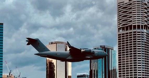 Samolot należący do australijskich sił powietrznych przeleciał zbyt blisko drapacza chmur w Brisbane. Pracownicy biurowca zaczęli krzyczeć z przerażenia. Bali się, że jest to atak podobny do tego z 11 września w USA. W zamachu Al-Kaidy zginęło wtedy ponad 3000 osób.