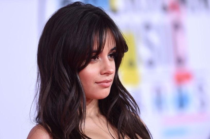 """Do sieci trafił nowy teledysk Camili Cabello """"Consequences"""". W ciągu doby obejrzano go ponad dwa miliony razy, a fani zaczęli zastanawiać się, kim w klipie jest tajemniczy chłopak u boku młodej gwiazdy."""