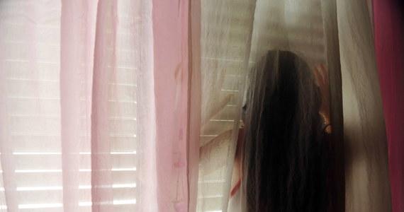 """Małżeństwo z Tychów poszukiwało opiekunki do dziecka. Zgłaszające się kandydatki były zapraszane na rozmowę do ich mieszkania i tam brutalnie gwałcone – pisze """"Gazeta Wyborcza"""", powołując się na rozmowy ze śledczymi."""