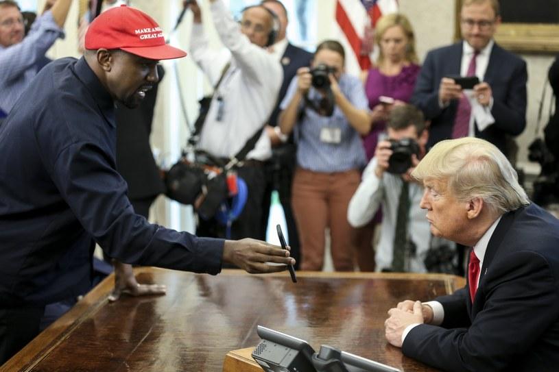 11 października odbyło się spotkanie Kanye Westa z Donaldem Trumpem w Gabinecie Owalnym Białego Domu. Oglądający transmisję z wydarzenia są zgodni - to prawdopodobnie jedno z najdziwniejszych spotkań głowy państwa z celebrytą w historii USA.