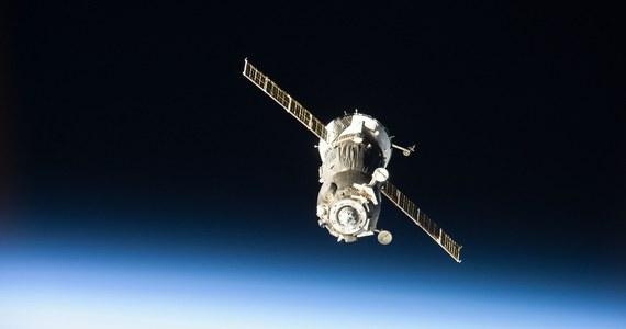 Awaria rosyjskiego statku kosmicznego Sojuz, jedynego w tej chwili na świecie systemu komunikacyjnego na linii Ziemia - Międzynarodowa Stacja Kosmiczna, poważnie komplikuje najbliższe plany badań na niskiej orbicie wokółziemskiej. Paradoksalnie może jednak przyspieszyć prace nad nowymi, zamówionymi przez NASA, prywatnymi pojazdami kosmicznymi. Ich próby, jeszcze bez astronautów mają się rozpocząć lada chwila. Być może Ameryka, by odzyskać, utraconą w 2011 roku zdolność do wynoszenia astronautów na orbitę z własnego terytorium i z pomocą amerykańskich pojazdów, będzie musiała wyłożyć więcej pieniędzy.
