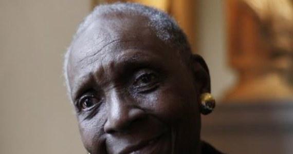 """Francuska pisarka urodzona w Gwadelupie, Maryse Conde, została laureatką nowej międzynarodowej nagrody literackiej, zwanej Alternatywnym Noblem. Werdykt ogłoszono w piątek w sztokholmskiej Bibliotece Miejskiej. Nagroda została ustanowiona w odpowiedzi na rezygnację w tym roku z ogłoszenia przez Akademię Szwedzką literackiej Nagrody Nobla. W Polsce twórczość Maryse Conde znana jest m.in. za sprawą powieści """"Ja, Tituba, czarownica z Salem""""."""