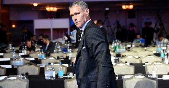 Trzykrotny laureat Złotej Piłki Holender Marco van Basten 31 października zakończy współpracę z Międzynarodową Federacją Piłkarską. W FIFA, w departamencie ds. rozwoju i reform, 53-letni były piłkarz pracował od stycznia 2017 roku.