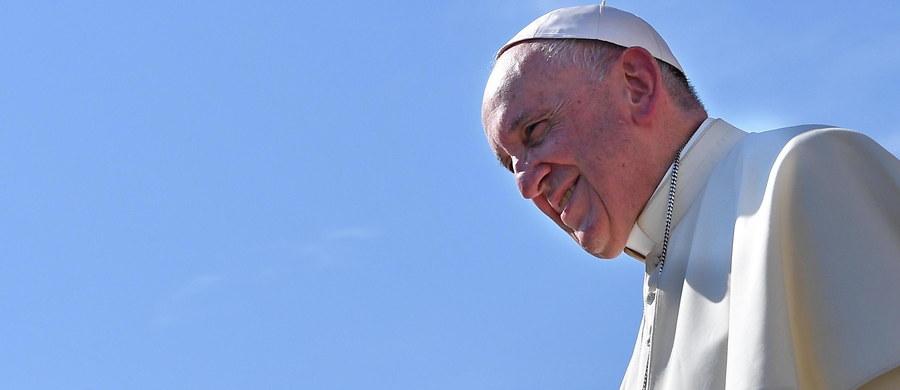 """Święty Jan Paweł II """"pozostawił niezatarty ślad w Kościele i społeczeństwie""""- napisał papież Franciszek w przesłaniu do włoskiej diecezji Alba w Piemoncie , która zorganizowała obchody 40. rocznicy wyboru kardynała Karola Wojtyły. Przypada ona 16 października."""