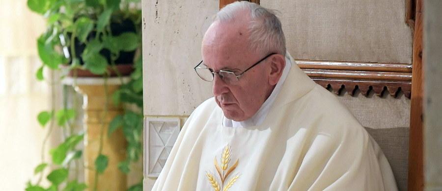 Papież Franciszek wydalił ze stanu kapłańskiego dwóch biskupów z Chile oskarżonych o pedofilię - podał w sobotę Watykan. To kolejna konsekwencja skandalu w tamtejszym Kościele. Decyzję ogłoszono w dniu spotkania papieża z prezydentem Chile Sebastianem Pinerą.